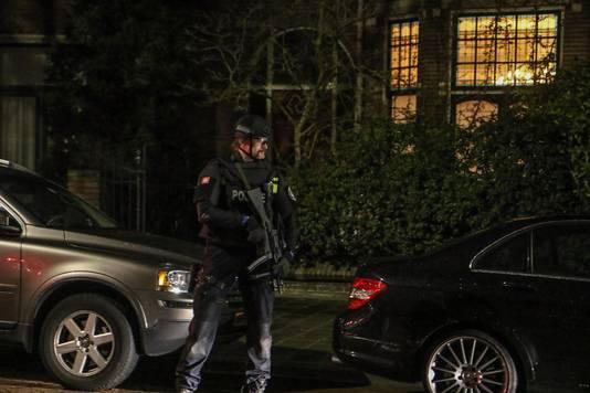 In Den Haag werden familieleden van kroongetuige Nabil B. door zwaarbewapende politiemensen geëvacueerd