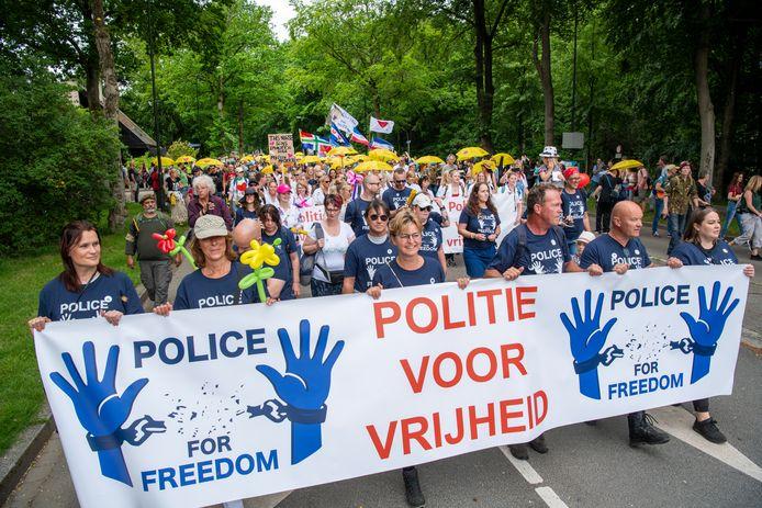 De circa 2500 demonstranten liepen vanaf 12.00 uur in een lang lint achter een spandoek met daarop de leus 'Police for Freedom'