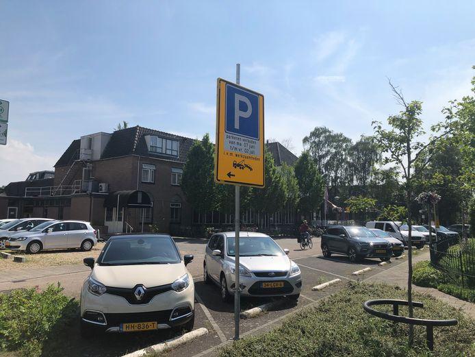 Hoteleigenaar Adri Hendriksen uit Millingen toont zich overvallen: eindelijk mag zijn zaak écht open, wordt plotseling de straat voor zijn pand afgesloten.