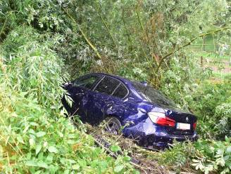 BMW komt in dieperik naast snelweg terecht: bestuurder ongedeerd