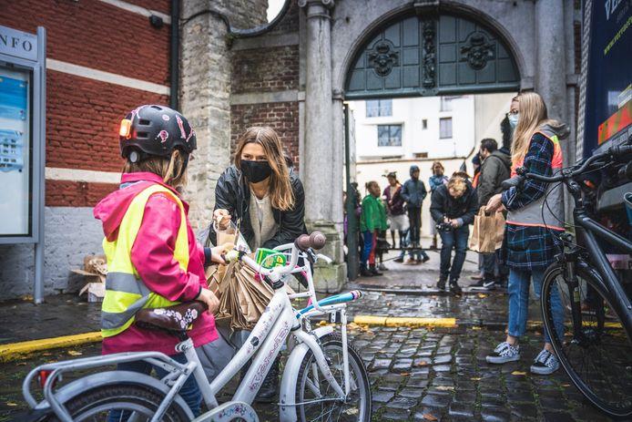 Bij basisschool De Muze in de Rabotwijk kregen alle fietsers een verlichtingsset cadeau.