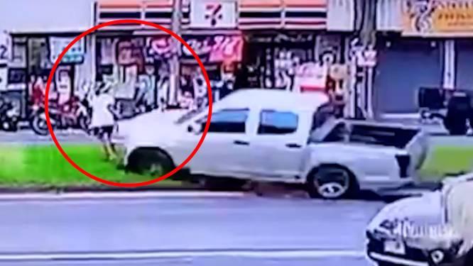 Vrouw springt nét op tijd weg wanneer wegpiraat en andere wagen vlak voor haar neus crashen
