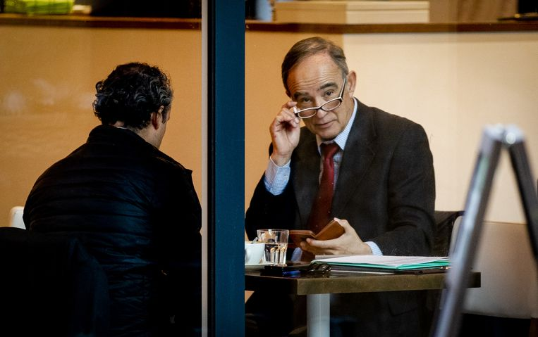 Julio Poch (r) zit in een koffiezaak voorafgaand aan de openbare verhoren in de zaak van Poch tegen de staat in 2019.  Beeld ANP