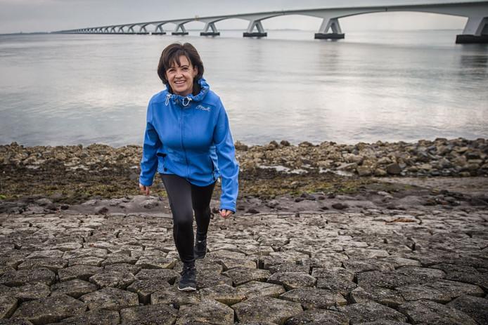 Corien Kramer kan haar conditie en beenspieren dicht bij huis trainen, zoals hier aan de Oost-Zeedijk bij Colijnsplaat.