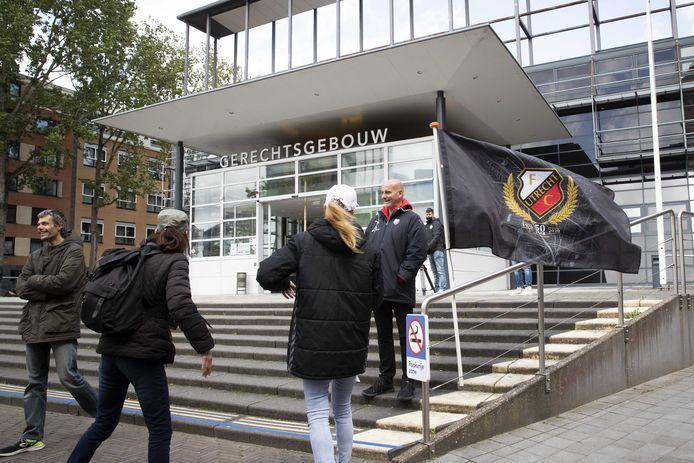 FC Utrecht supporters plaatsen een vlag voor de rechtbank waar een kort geding dient. FC Utrecht verzet zich tegen het besluit van de KNVB om de finale van de play-offs tegen Feyenoord in De Kuip vanwege de finale van het Songfestival met een dag te verplaatsen.