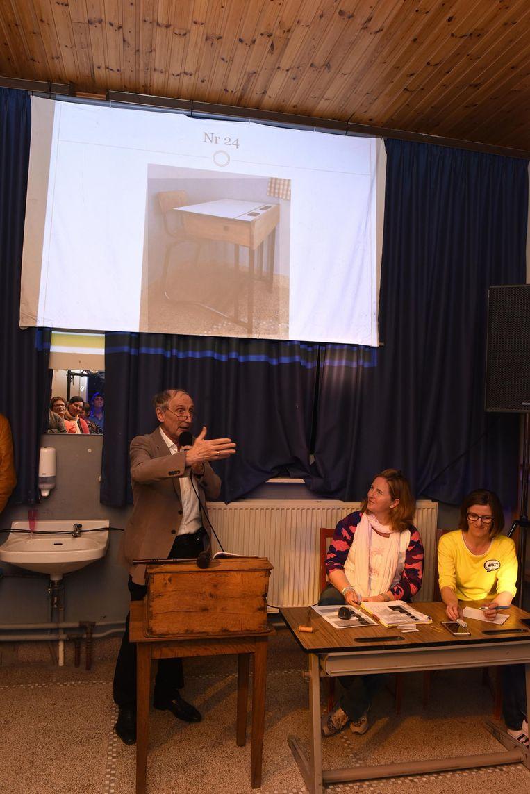 Burgemeester Michel Doomst neemt de rol van veilingmeester waar.