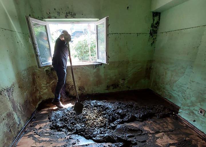 In veel huizen wordt er tot vandaag nog altijd modder geschept.