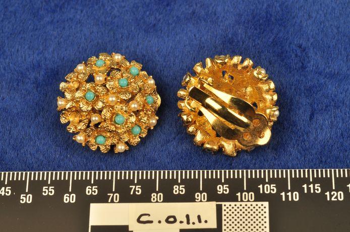 Foto ter illustratie: een bejaarde vrouw is bestolen van haar sieraden (niet deze).