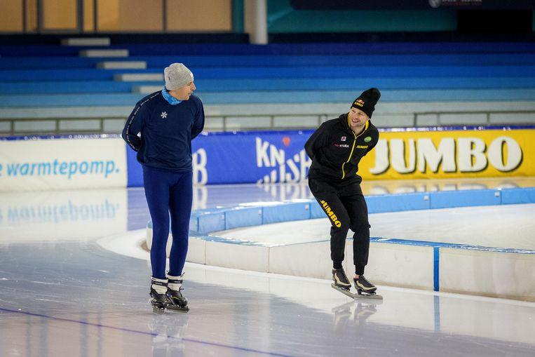 Wopke Hoekstra schaatste donderdag op een werkbezoek een paar rondjes met meervoudig Olympisch kampioen Sven Kramer in Thialf. Beeld Leonard Walpot