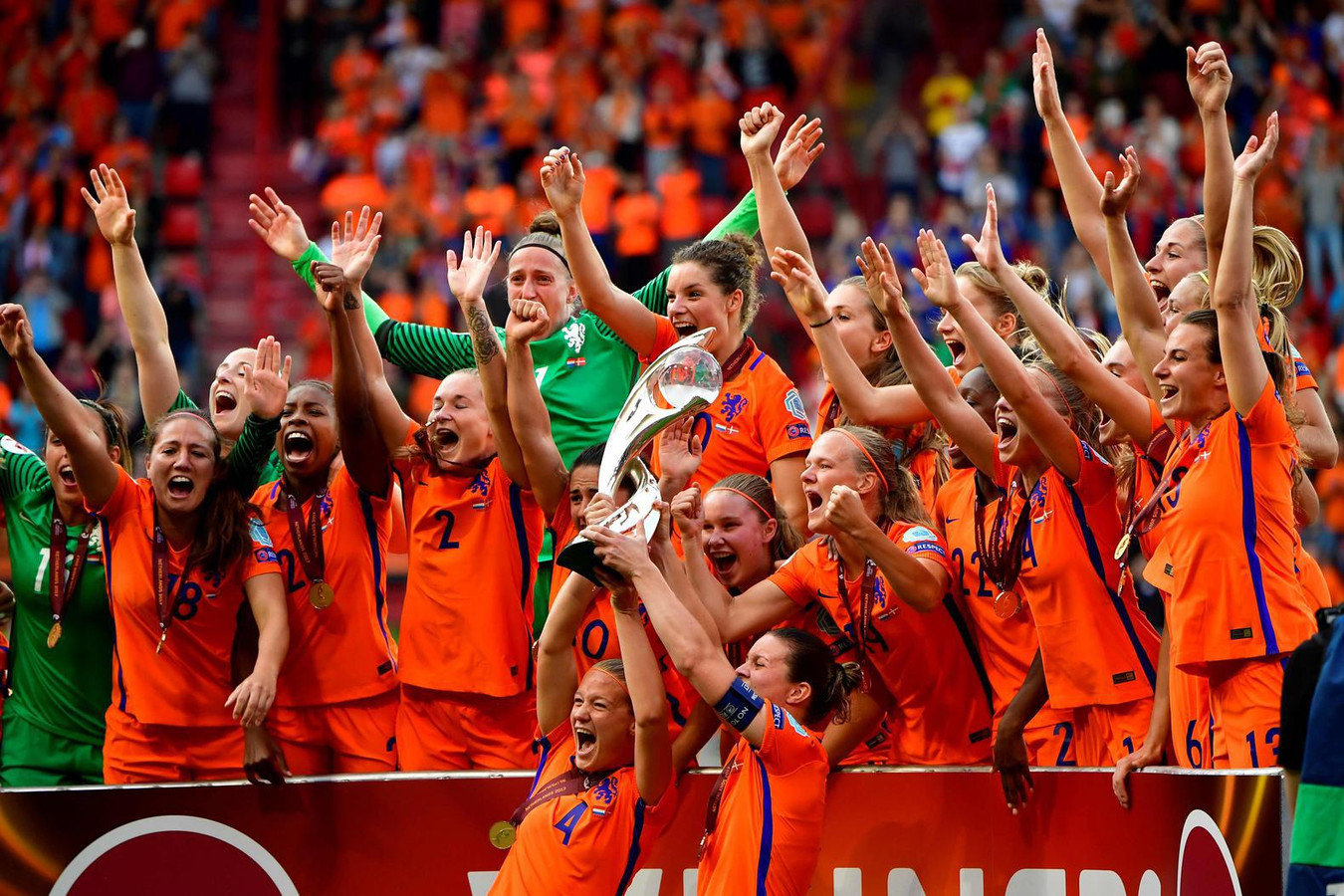 Hebbes! De Oranje Leeuwinnen hebben 'm, de bokaal die hoort bij de Europese titel!