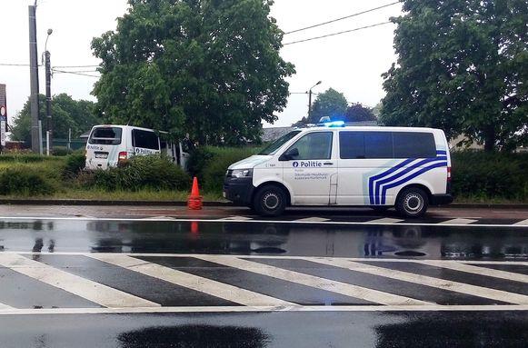 De politiecombi raakte van de weg af en kwam tot stilstand tegen een boom.
