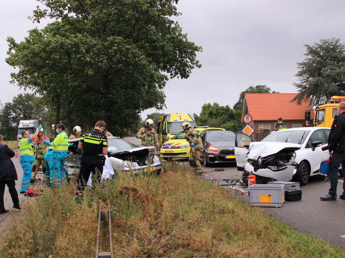 Twee auto's zijn woensdagavond op de N233 in Rhenen op elkaar gebotst. Een bestuurder van een van de voertuigen kwam bekneld te zitten.