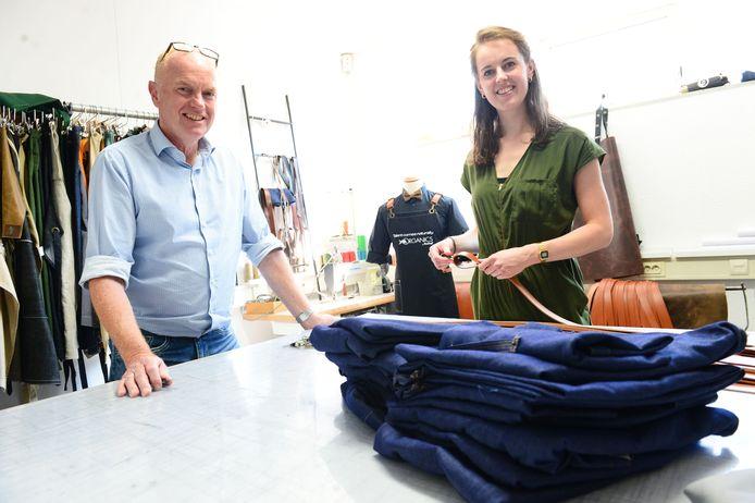 """Gerrit-Jan Elshof en Lisa Welhuis timmeren aan de weg met hun schortenatelier Doek & Dook. """"Mede door social media is de presentatie van je bedrijf steeds belangrijker geworden."""""""
