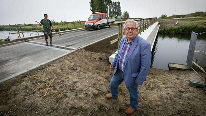 Klaas de Koning bij de ecobrug in de Bonnenpolder. De brug is een van de weinige dingen die zijn ontwikkeld in het gebied.