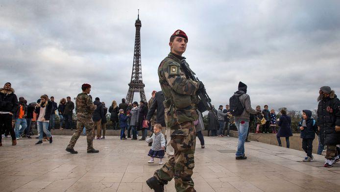 Soldats français patrouillant sur l'esplanade du Trocadéro, également appelée le Parvis des Droits de l'Homme (archives).