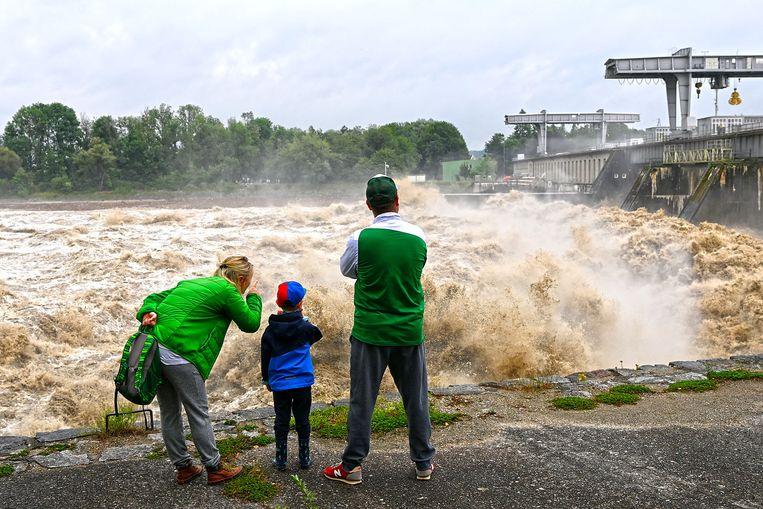 Aanhoudende regen zorgt ook in Oostenrijk voor hoogwater, zoals hier in Braunau am Inn. Beeld AFP
