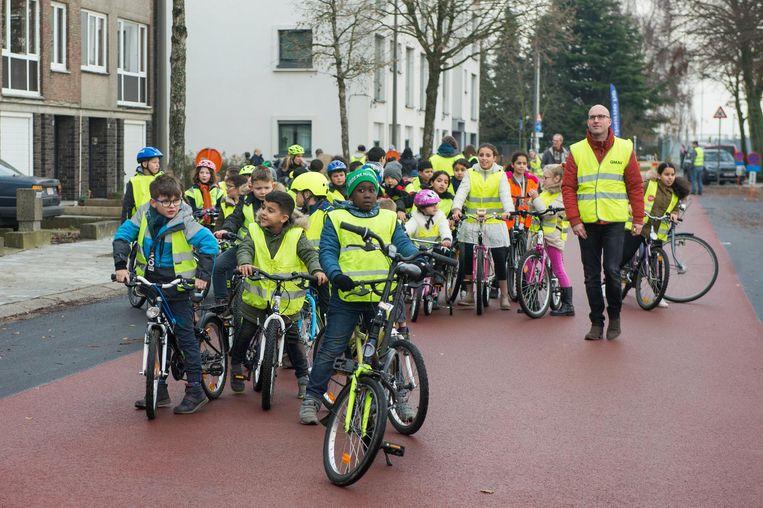 De jonge fietsertjes mogen de Ruimtevaartlaan inhuldigen.
