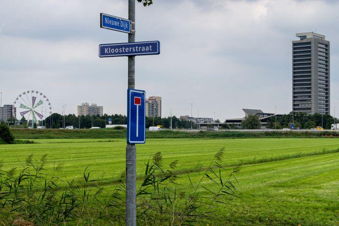 De locatie voor de opvang aan de Nieuwe Dijk ligt op een steenworp afstand van de bebouwing. Winkelcentrum Pettelaarpoort is ongeveer 2,5 kilometer ver.