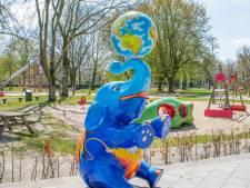 Blauwe olifant op terras speeltuin Vrouwenhof in Roosendaal