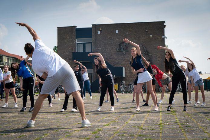 Acteur, danser en choreograaf Juvat Westendorp leert een twintigtal leerlingen van het OBC in Elst een dans choreografie in het kader van de Week voor de Gezonde Jeugd.