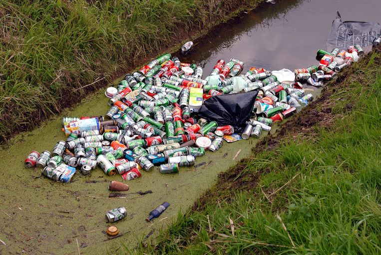 Jaarlijks belanden er zo'n 150 miljoen blikjes in het milieu.  Beeld Marcel van den Bergh / de Volkskrant