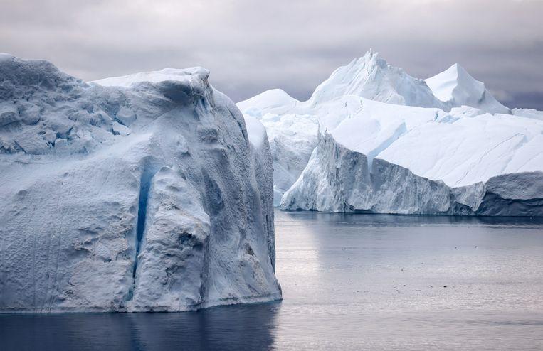 IJsbergen bij Groenland. In 2021 dreigt in Groenland meer ijs te smelten dan ooit, wat leidt tot stijging van het zeewater. Opwarming van de aarde leidt zo tot verstoring van hele ecosystemen, en dat bedreigt de gezondheid.  Beeld Getty Images