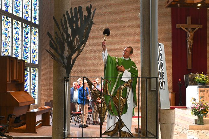 De duif voor op doopkapel is door pastoor Norbert van der Sluis gezegend en wordt binnenkort geplaatst.