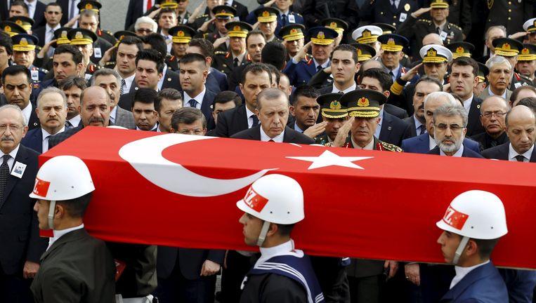 De Turkse president Erdogan en premier Davutoglu wonen de begrafenis bij van een van de slachtoffers van de aanslag. Beeld © reuters