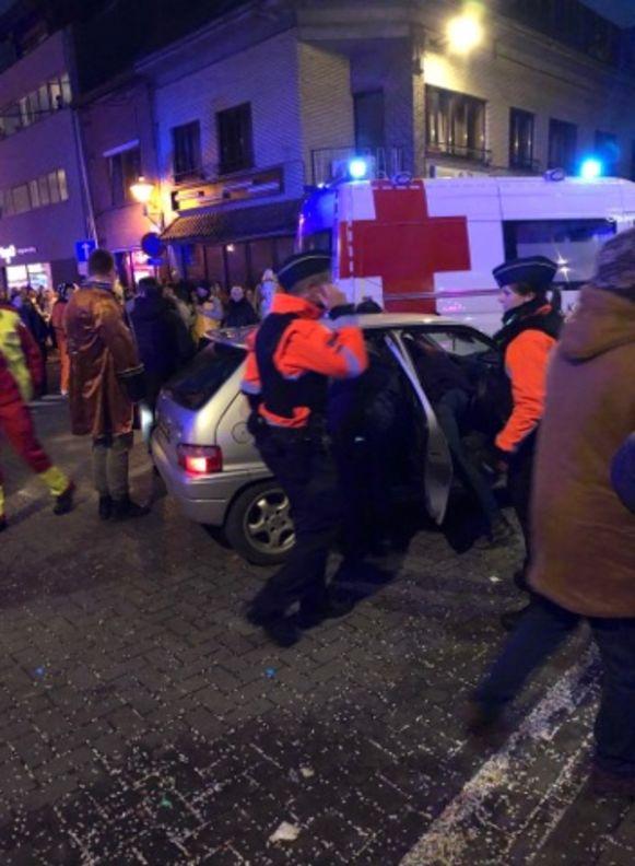 De man kwam op carnavalszondag met zijn wagen in de mensenmassa voor de carnavalstoet terecht.