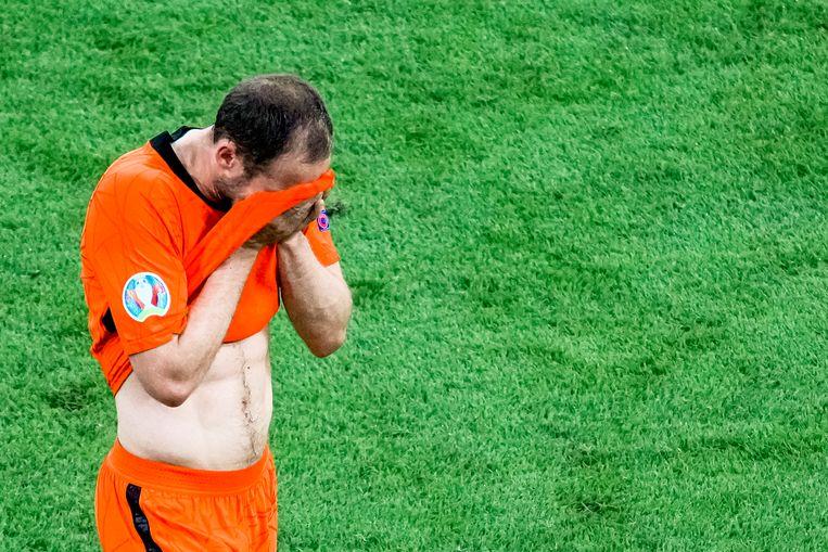 Daley Blind verlaat in de 64ste minuut van Nederland-Oekraïne geëmotioneerd het veld.  Beeld Pro Shots / Marcel van Dorst