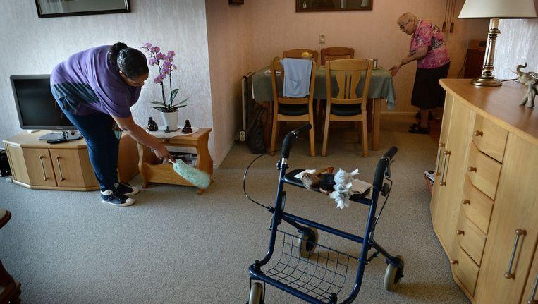 Een medewerker van een thuiszorgbedrijf. Beeld Marcel van den Bergh / de Volkskrant