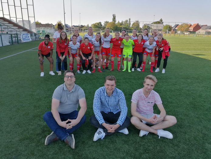 De damesploeg, met op de voorgrond de oprichters van supportersclub Dames Essevee.