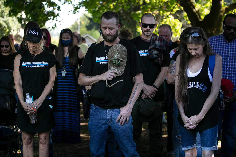 Op de herdenkingsplechtigheid voor Aaron 'Jay' Danielson leeft een gevoel van miskenning.'Hij was geen fascist, hij hield alleen maar van zijn land en Trump.' Beeld AP