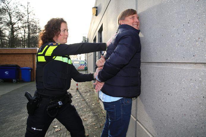 Agenten trainen hun schiet- en arrestatievaardigheden.