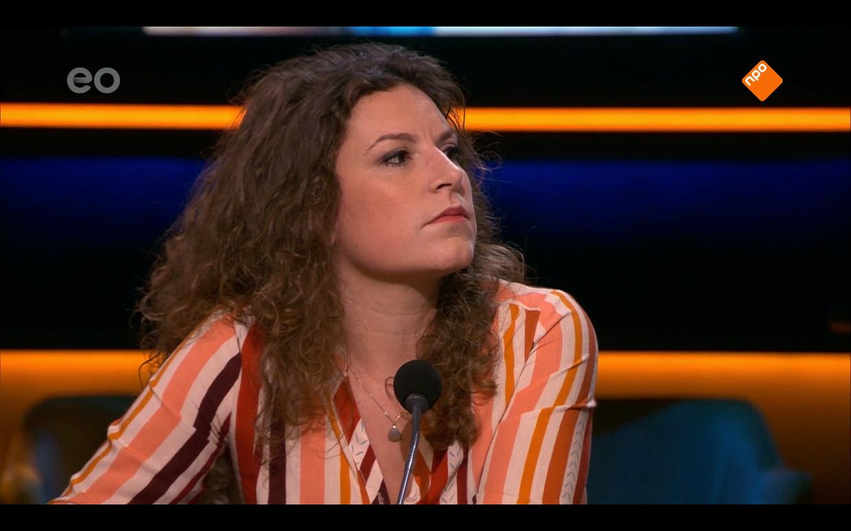 Suse van Kleef aan tafel in 'Op1' als de Competente Correspondente. Beeld Renate van der Bas
