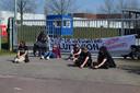 Actiegroep 'Sluit Vion!' blokkeert poorten bij slachterij Boxtel.