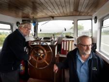 RheLie steekt dapper wilde Rijn weer over: 'We zijn blij dat we weer varen'