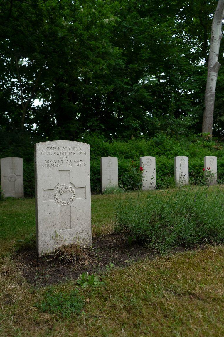 Het graf van Peter McGeehan bij Den Burg op Texel.  Beeld Arno Haijtema