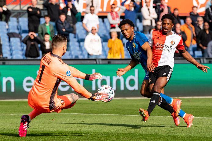 Feyenoord en Vitesse strijden om een Europees ticket. In De Kuip mist Loïs Openda voor doelman Justin Bijlow.