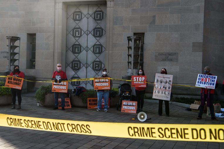 Tegenstanders van de doodstraf demonstreren voor het ministerie van Justitie in Washington tegen de voorgenomen executie van de ter dood veroordeelde Lisa Montgomery. Beeld AFP