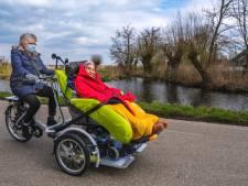 Ouderen rijden 'Tour de Maria-Oord' voor een nieuwe duofiets