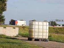 Groot vat met vermoedelijk drugsafval pal naast snelweg gedumpt