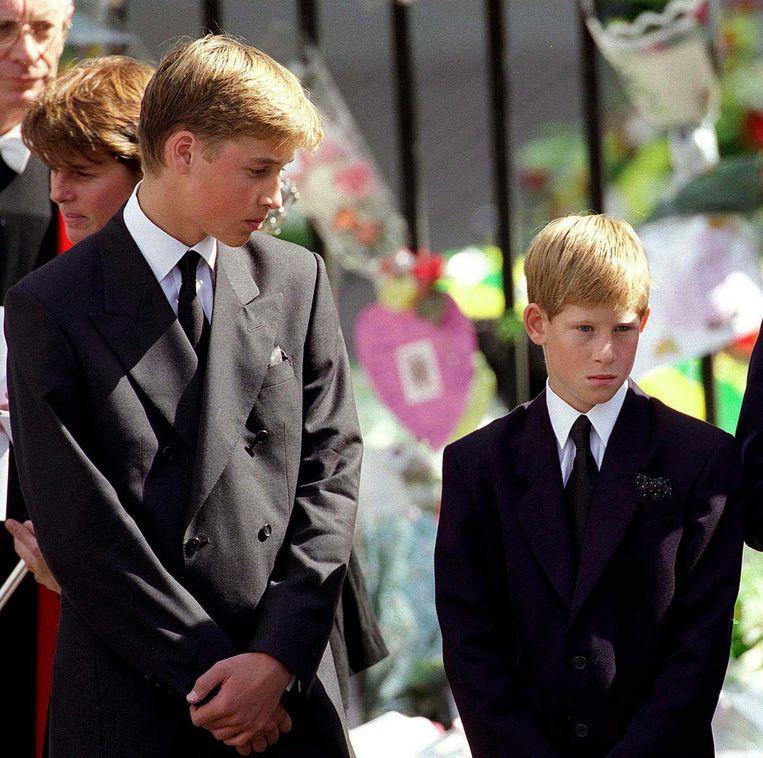 Prins William (links) en prins Harry bij de begrafenis van hun moeder Diana, 6 september 1997 in Londen.  Beeld WireImage