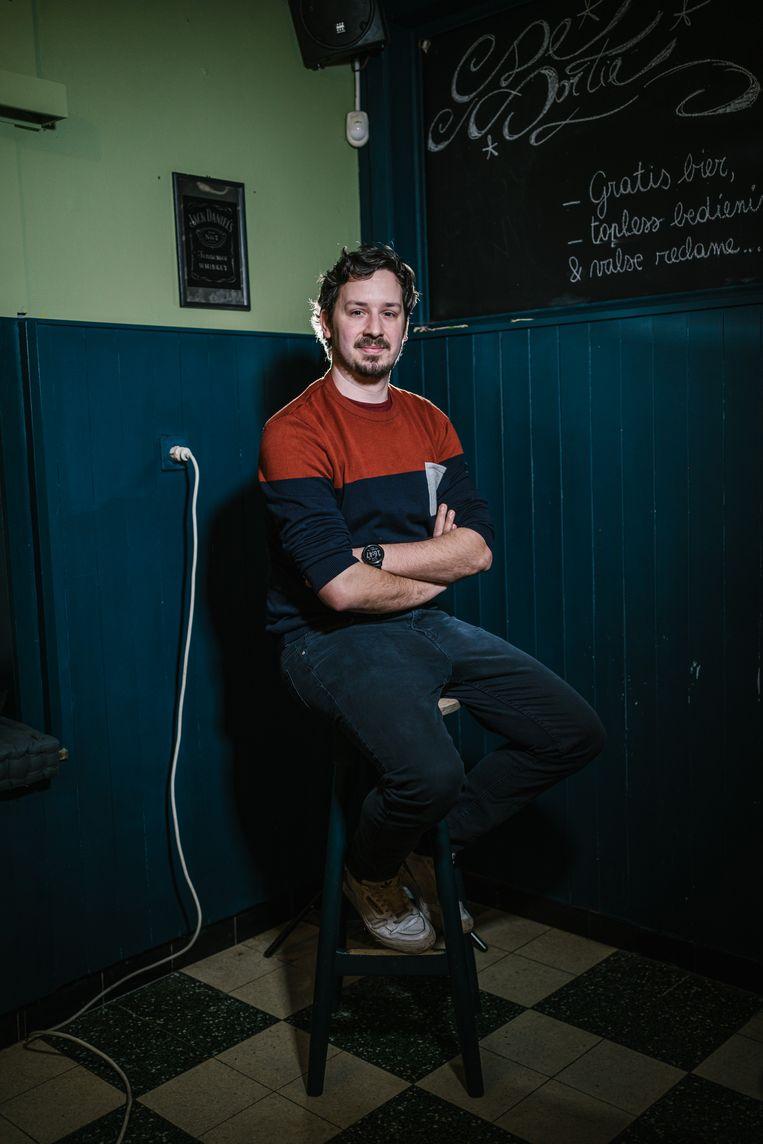 Sander Van Brussel in zijn wegens corona gesloten café De Sortie. Hij is nog in blijde verwachting van zijn saxofoon.  Beeld Wouter Van Vooren