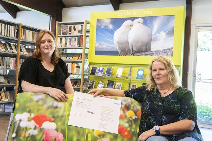 Joske Elsinghorst (links) en Rianne van Eijnatten van de organisatie landschappelijke kunstwedstrijd in  en rond Eibergen.