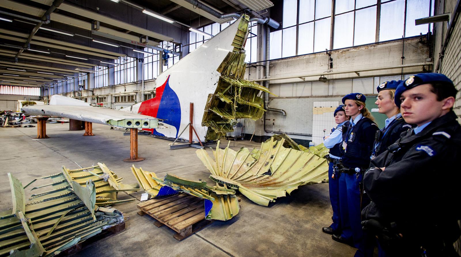 Wrakstukken van het toestel met vlucht MH17 op vliegbasis Gilze-Rijen