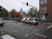 Twee auto's botsen op elkaar in Enschede, overlast voor verkeer op Oldenzaalsestraat
