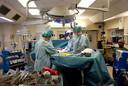 De transplantatie van een baarmoeder in de operatiekamer van Göthenborg-universiteit.