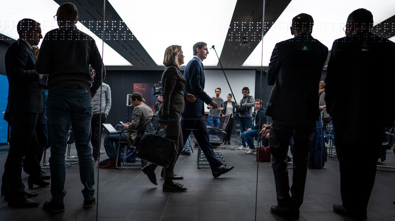 Ministers Wopke Hoekstra van Financiën en Cora van Nieuwenhuizen van Infrastructuur en Waterstaat na afloop van de persconferentie op het ministerie van Financiën. De Nederlandse Staat heeft een belang genomen in de holding Air France-KLM.  Beeld FREEK VAN DEN BERGH