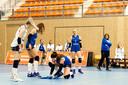 Volleyballen tijdens de lockdown vanwege het coronavirus: speelsters moeten - voor lege tribunes - zelf de vloer dweilen.